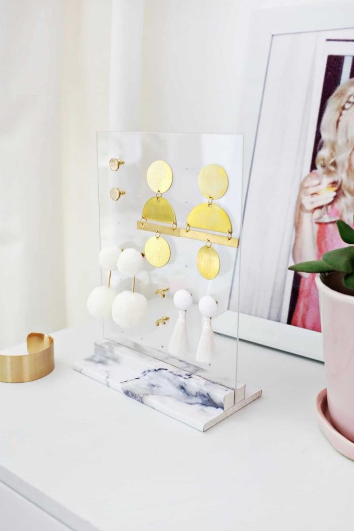 objet de déco chambre moderne à réaliser soi-même, diy organisateur pour boucles d'oreilles transparent sur support marbre