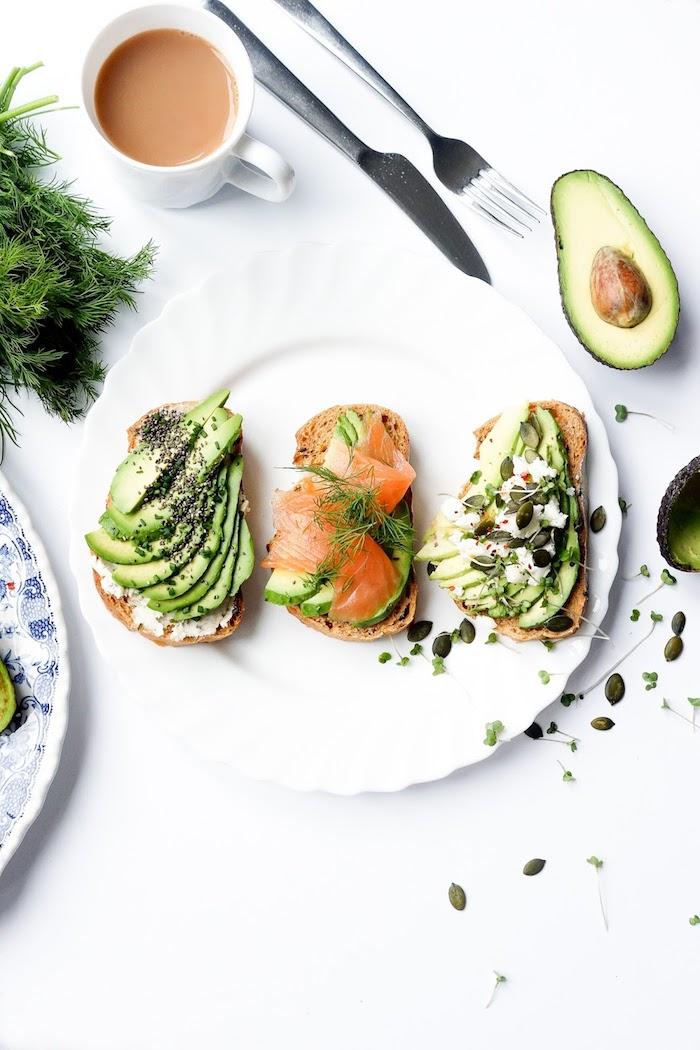 Toast de noël garni d'avocat et saumon, idée toast apéro, garnir le pain avec produit saisonniers