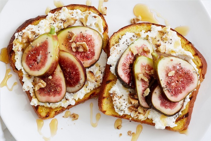 Toast avec fromage et figues avec miel, fromage et noix, amuse-bouches express pour les fêtes, idée savoureuses à croquer