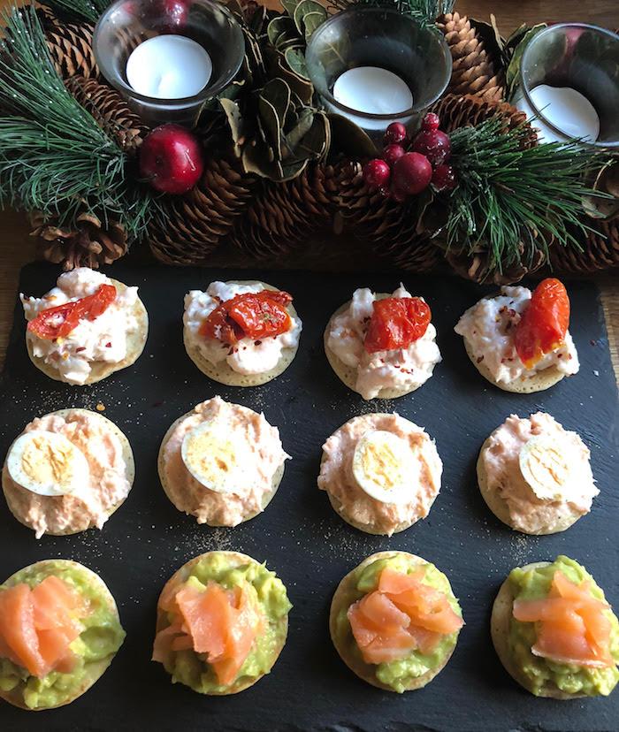 Pins et branches d'arbre de noel, déco festive bougies aromatiques, toast apero, aperitif noel, canapé facile à préparer soi-même
