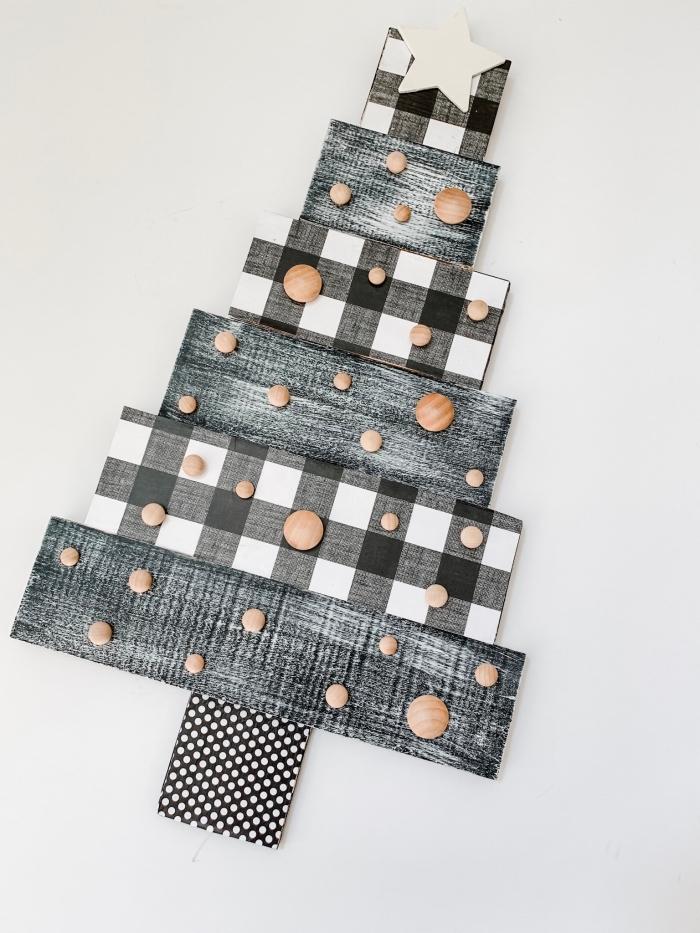 idée comment customiser un sapin de noel bois avec papier scrapbooking et peinture à technique pinceau sec