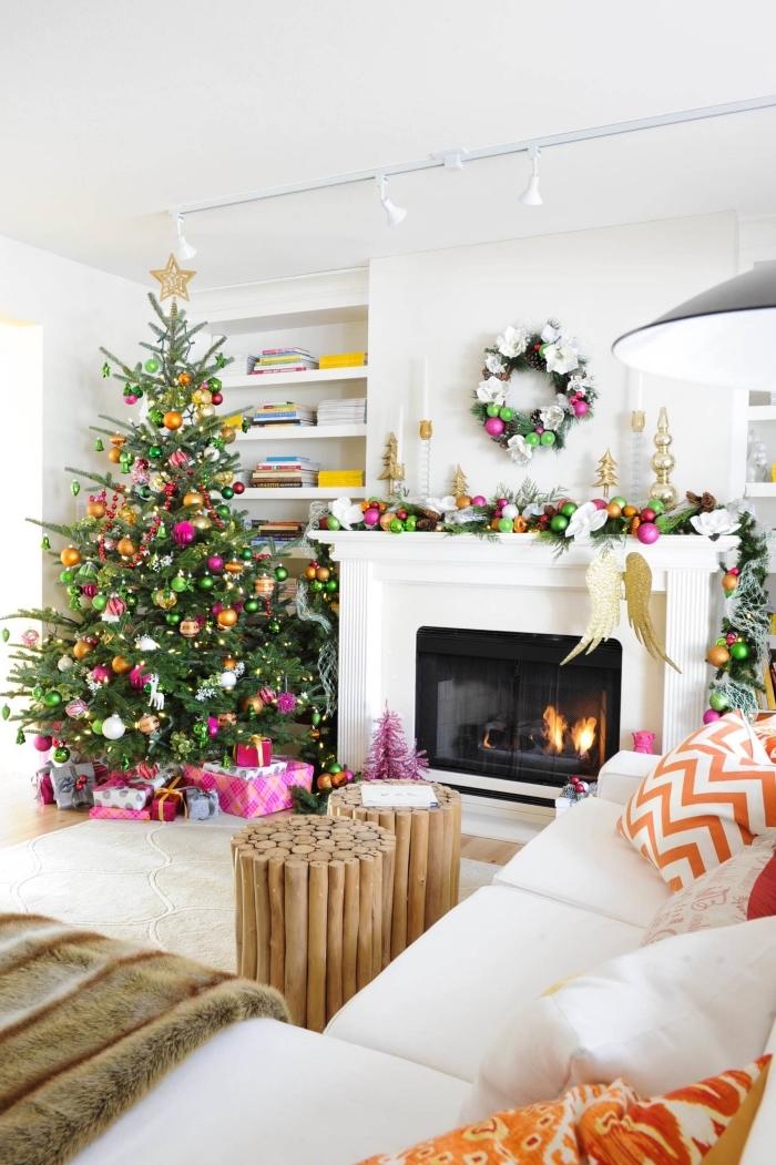 aménagement de salon blanc avec meubles bois, idée décoration sapin de noel tendance moderne à effet arc en ciel
