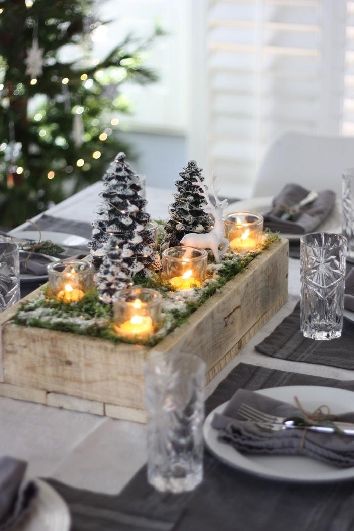 modèle de centre de table noel diy en bois avec gris de verdures artificielles et mini arbre de Noël décoratifs enneigés