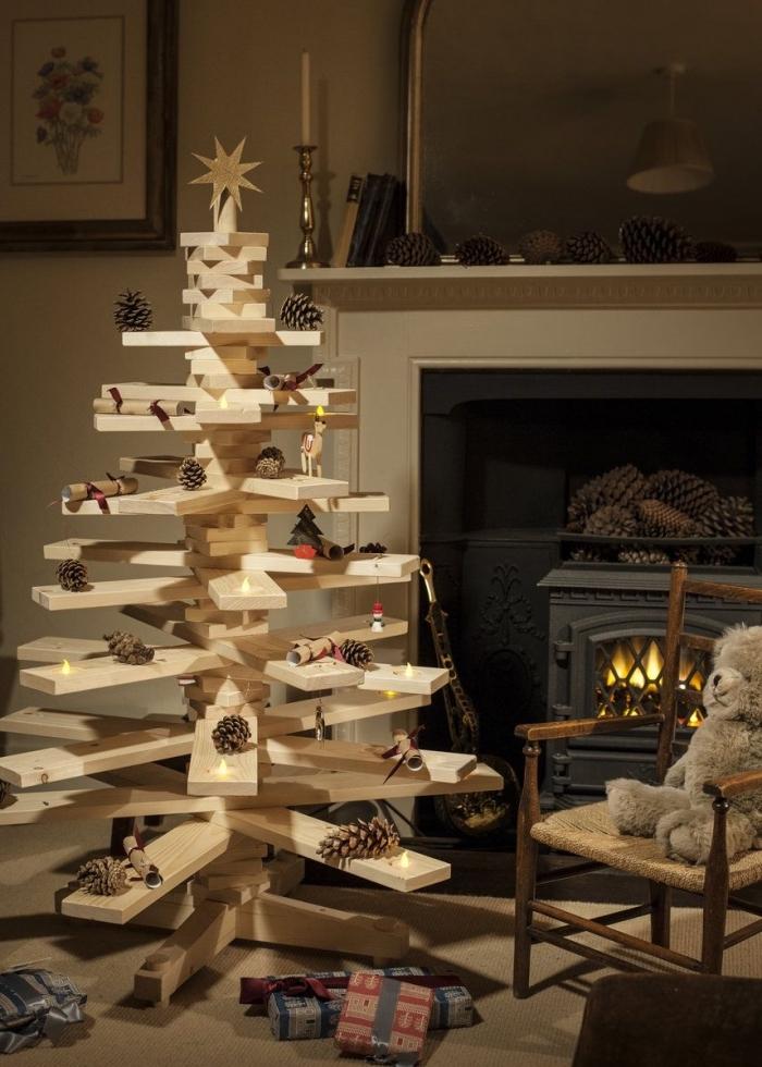 modèle de sapin de noel original fabriqué avec planches de bois percés, idée décoration cocooning de Noël dans un salon traditionnel