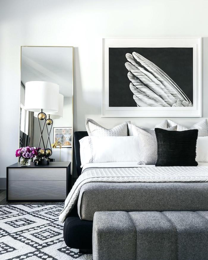 Noir et blanc photographie sur le mur, idée déco chambre adulte, décoration chambre à coucher, tapis blanc et noir motif géométrique