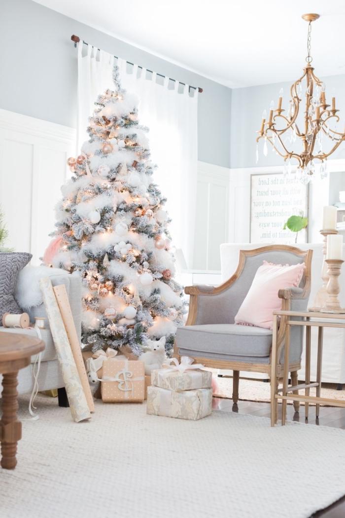 idée comment decorer un sapin pour intérieur moderne et féminin, modèle arbre de Noël artificiel aux branches argentées