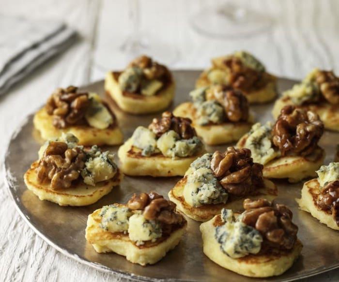 Noix et fromages à pâte persillée, idee apero noel en toast, amuse bouche apéritif rapide a preparer sur assiette ronde argenté