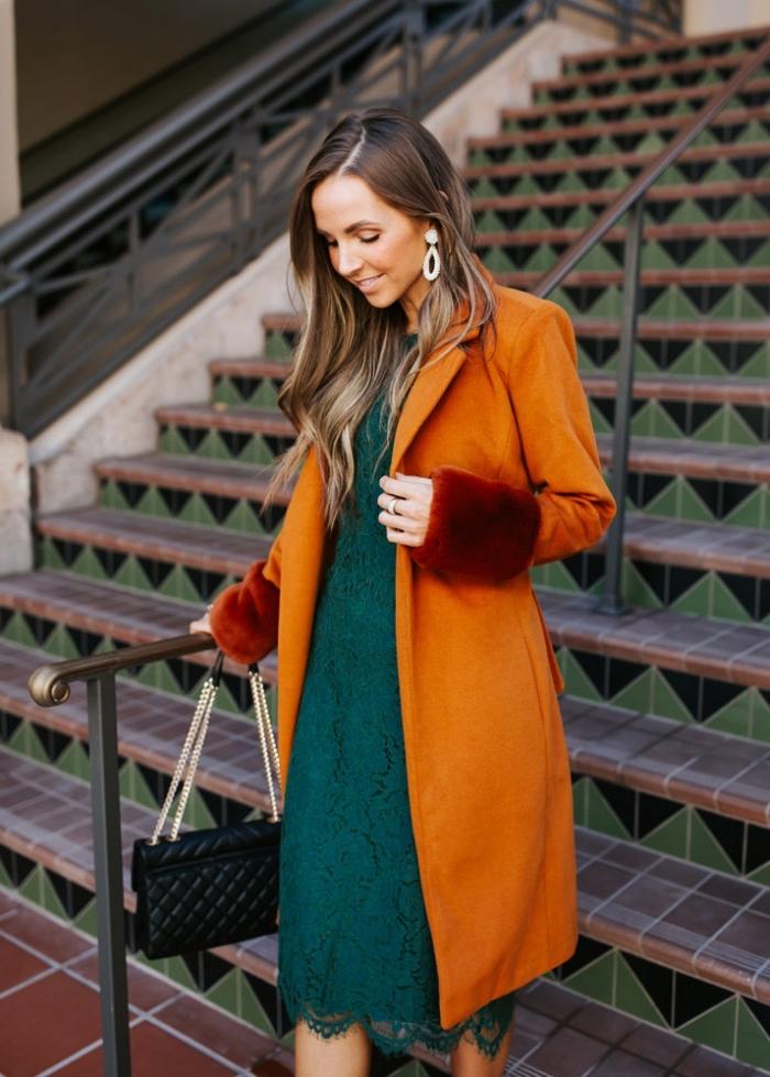 idée robe de soirée chic et glamour de couleur vert forestier avec manteau longueur genoux de nuance cheddar foncé