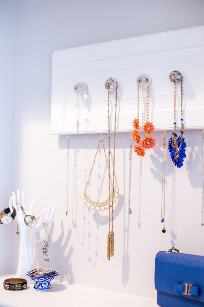 idée rangement pour collier à faire soi-même, diy porte bijoux mural en planche bois recyclé repeint en blanc avec boutons