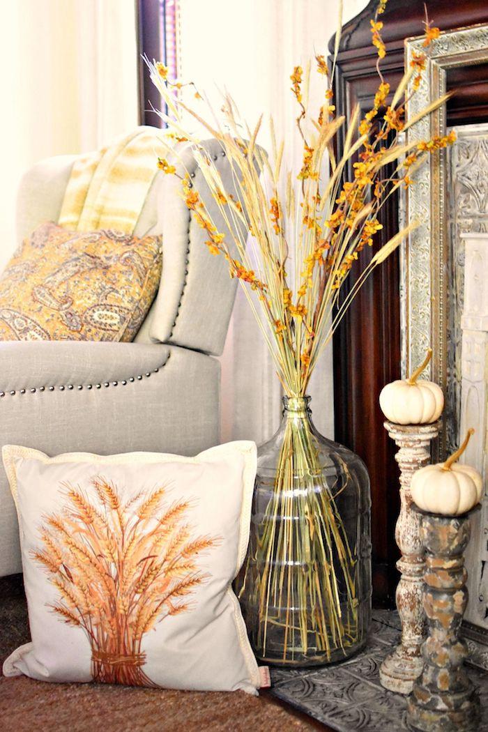 Automne deco de noel a faire soi meme avec recup, créer une belle déco, fauteuil gris claire, coussin orange peleuse automne