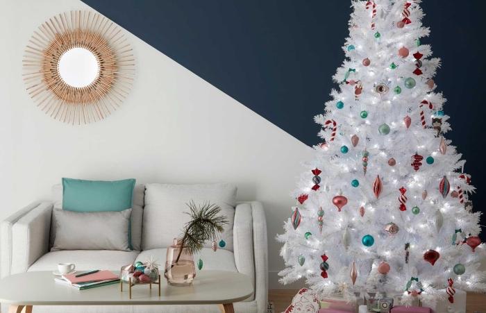 idée décoration moderne sous pente dans une pièce aux murs bicolore aménagé avec meuble blancs et sapin de noel décoré en blanc