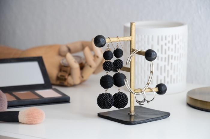rangement boucle d oreille et bagues facile à réaliser soi-même, organisateur pour bijoux à design stylé en noir et or