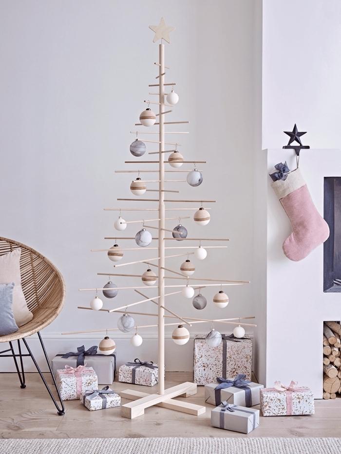idée bricolage de Noël facile avec bâtons de bois, fabriquer un sapin de noel en bois facile décoré avec boules minimaliste
