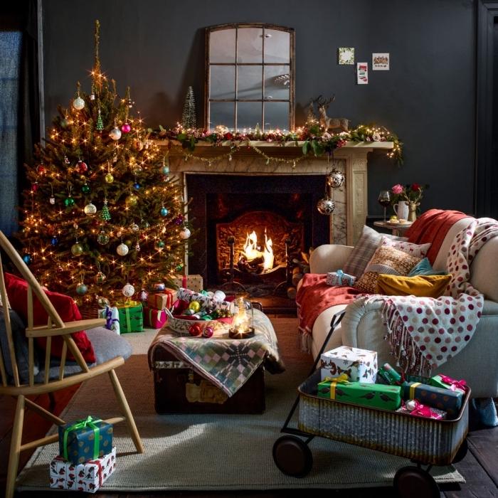 comment décorer une pièce foncée pour Noël, quel type de décoration Noël pour un intérieur sombre, abre de Noël décoré en différentes couleurs
