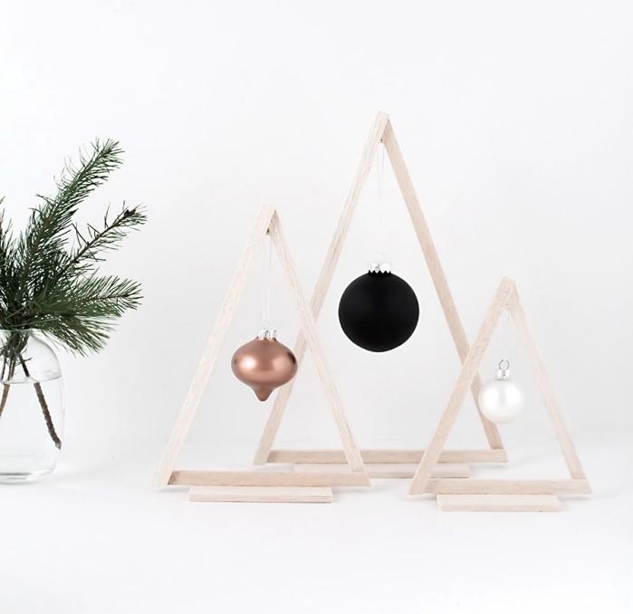 idee deco sapin de noel en forme de figurine décorative d'esprit minimaliste, DIY sapins à design triangulaires en bâtonnets bois