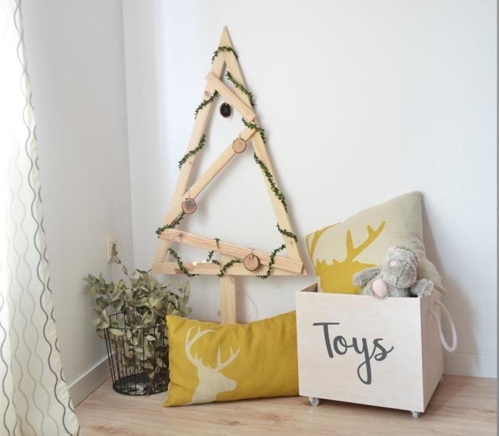 idée activité manuelle noel facile et à petit budget, diy arbre de Noël de style scandinave fait main avec planches bois