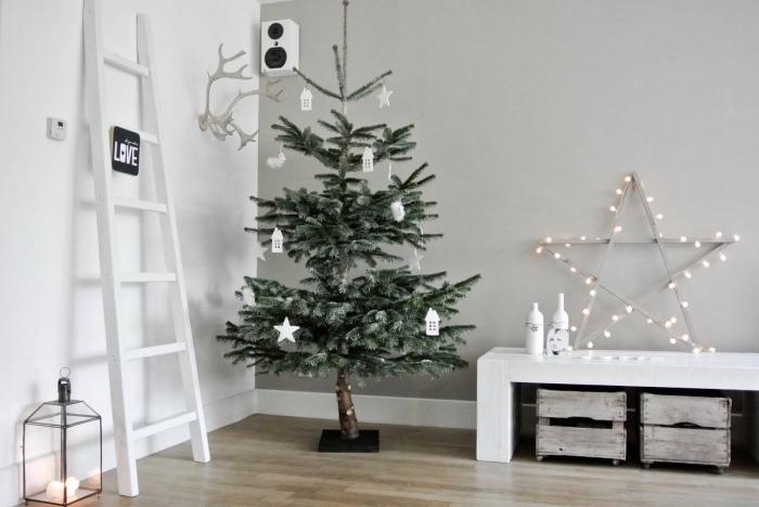 exemple comment decorer un sapin de style minimaliste avec ornements en blanc, salon scandinave aux murs en blanc et gris
