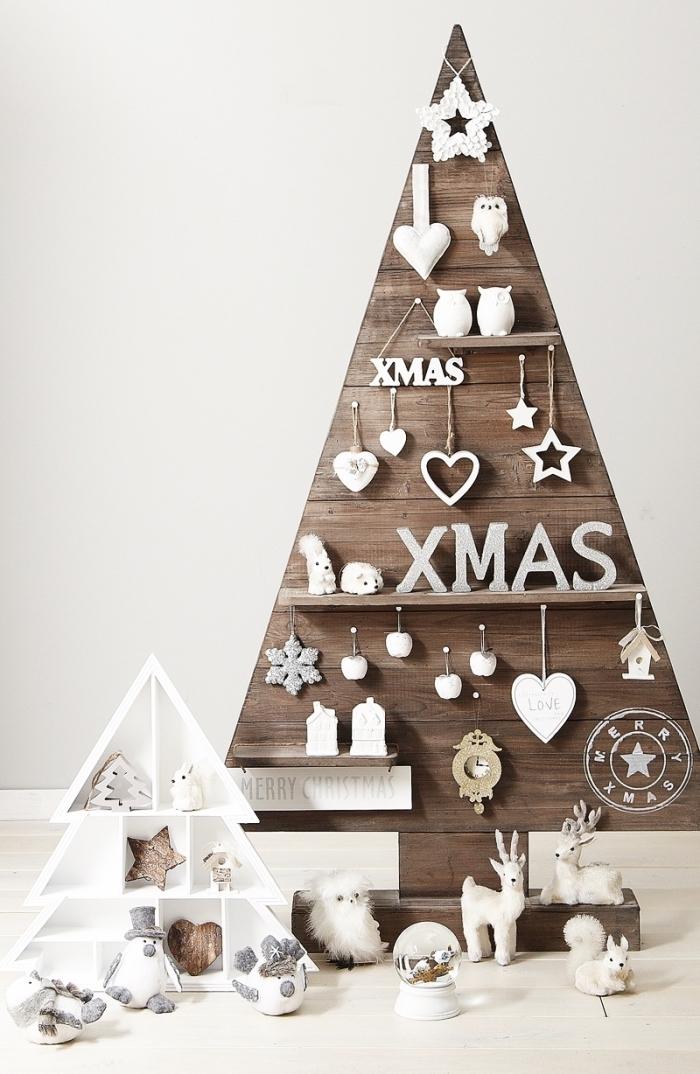 idée facile de deco de noel fait main, modèle de sapin minimaliste fabriqué avec planches de bois foncé et décoré d'ornements blancs