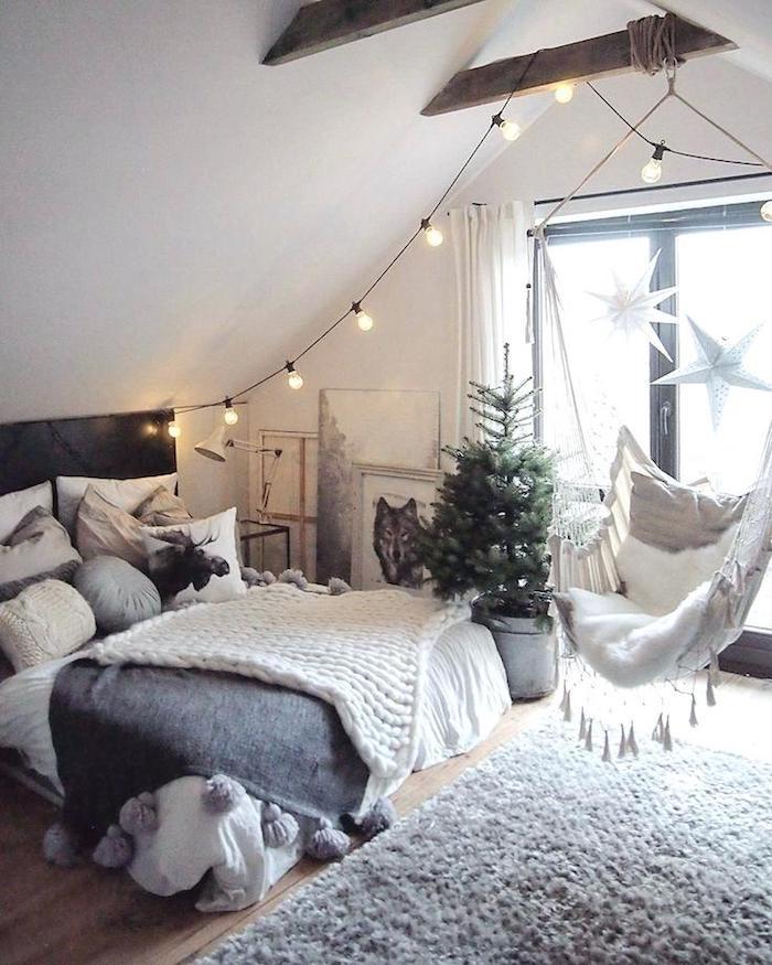 Guirlande lumineuse décorative de chambre sous pente style scandinave, gris tapis et blanches murs, idée chambre gris et blanc, décoration chambre à coucher