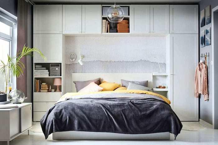 Jaunes détailles pour la chambre gris et blanc, idée lit et étagères autour, chambre noir et blanc, aménagement chambre à coucher