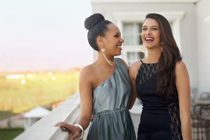 Deux amies habillées bien en robes pour les fêtes, robe nouvel an argentée ou petite robe noire en dentelle, tenue de noel, robe de noel femme