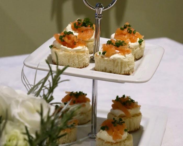 Saumon avec fromage crème sur pain grillé, apero dinatoire noel, essayez un aperitif noel facile recette