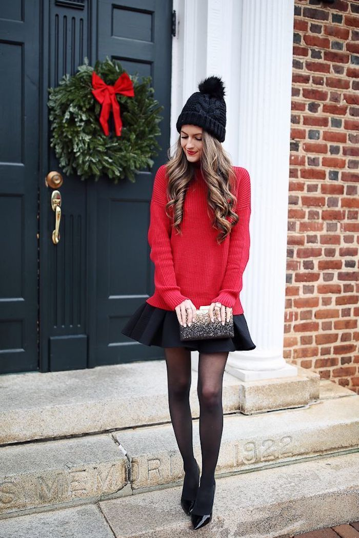 Pull rouge et mini jupe noire, chaussures noires laqués, robe pour noel, image femme tenue deux pièces pull et jupe trapèze et chapeau hiver