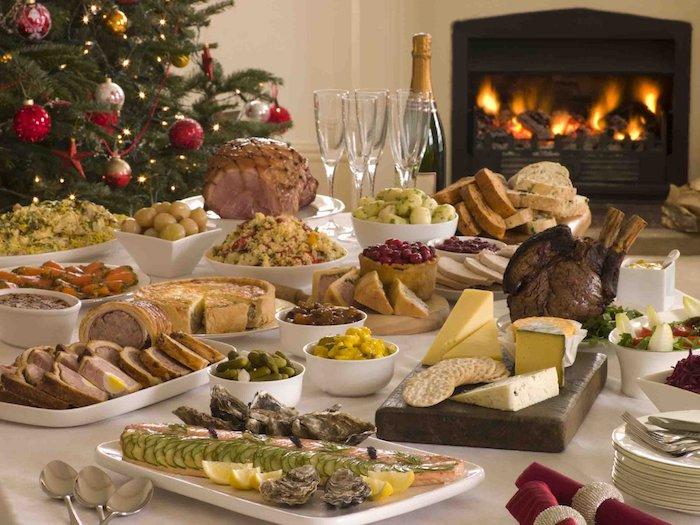 Cheminé allumé, sapin de noel décoré, table image aperitif de noel, apero dinatoire original, toast apéritif