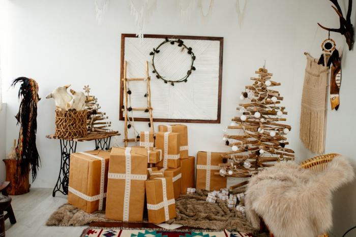 fabriquer un sapin en bois flotté de style minimaliste, comment décorer un arbre de Noël diy avec une guirlande en ampoules