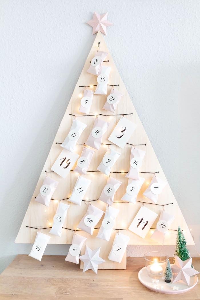 idée decoration noel a faire soi meme en bois, modèle de mini sapin fait main avec morceau de bois clair et étoile en papier en haut
