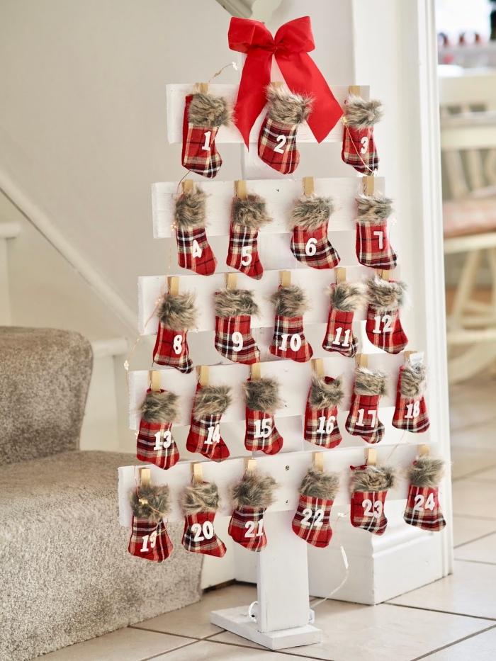 idée arbre de noel à fabriquer soi-même avec cadeaux pour chaque jour, modèle de sapin noel bois en planches blanches
