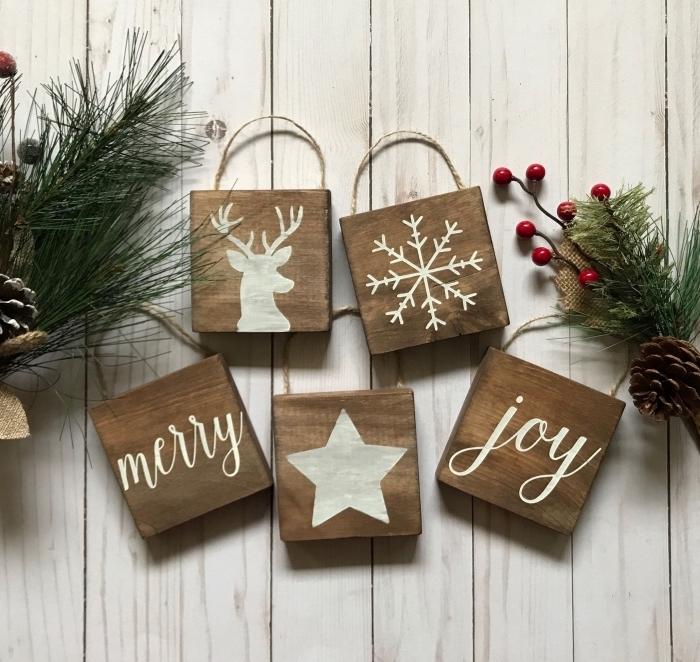 idée bricolage noel facile, modèles d'ornements de Noël en forme de cubes de bois personnalisées avec dessins en blanc