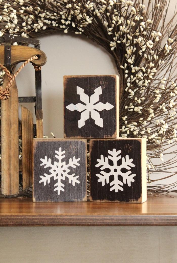 idée decoration noel a faire soi meme, mini cubes en bois personnalisées pour Noël avec sceau en forme de flocons de neige