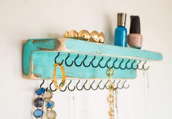 idée comment ranger ses bijoux sur le mur, modèle étagère de bois recyclé repeint style vintage avec crochets métal
