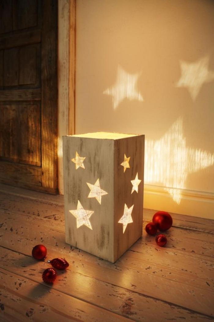 fabrication deco de noel facile, modèle de lanterne pour bougie led fait maison avec planches de bois et trous en formes d'étoiles