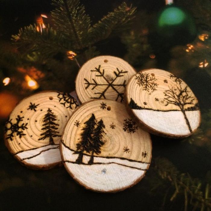 idée deco noel a fabriquer en bois, modèles d'ornements pour sapin en rondelles de bois à motifs sapin de Noël et flocons de neige