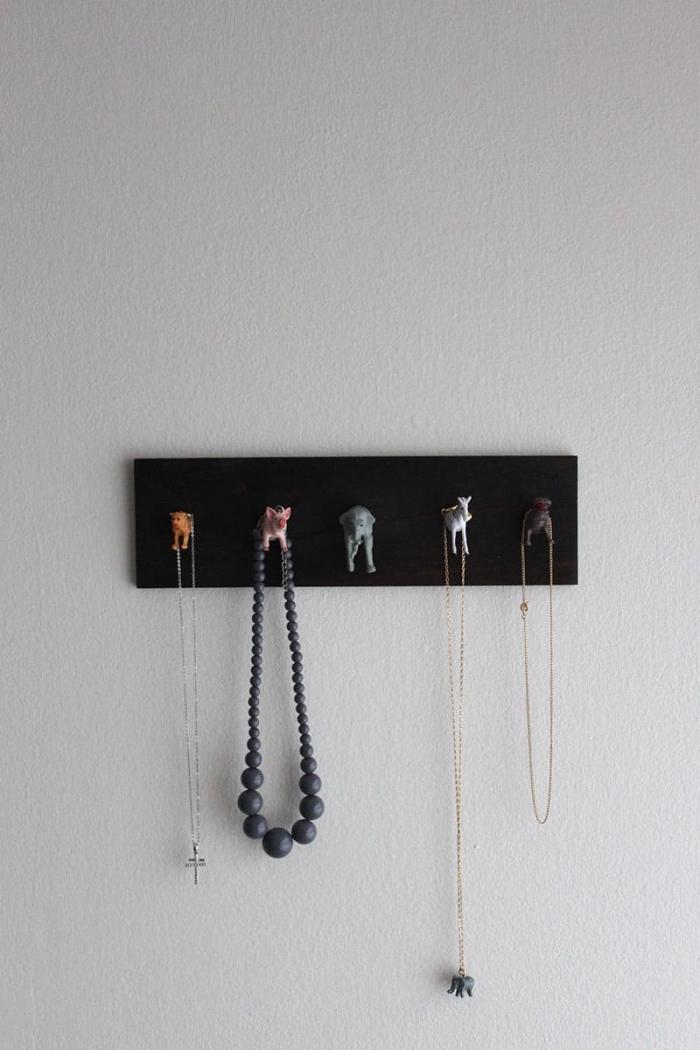 organisateur mural pour bijoux fait main, diy porte bijoux fabriqué avec planche bois repeinte en noir et figurines animaux