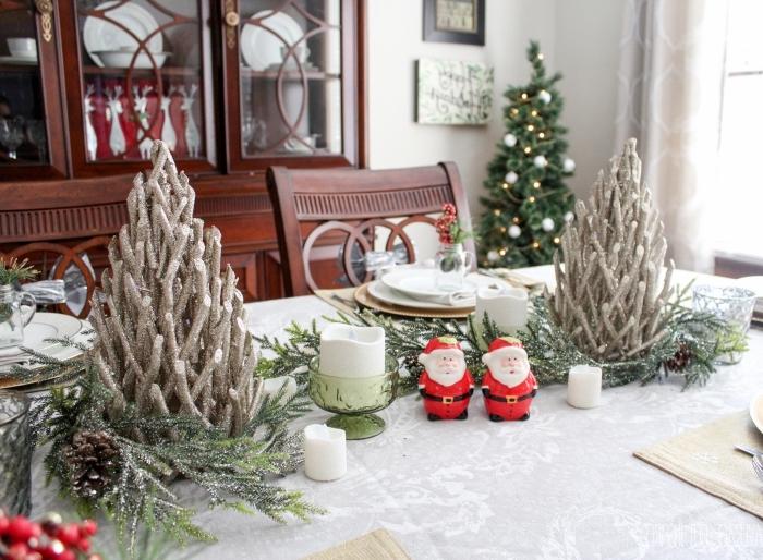 decoration de table de noel a faire soi meme, diy arbre de noël en bois flotté repeint en argent, comment dresser une table Noël