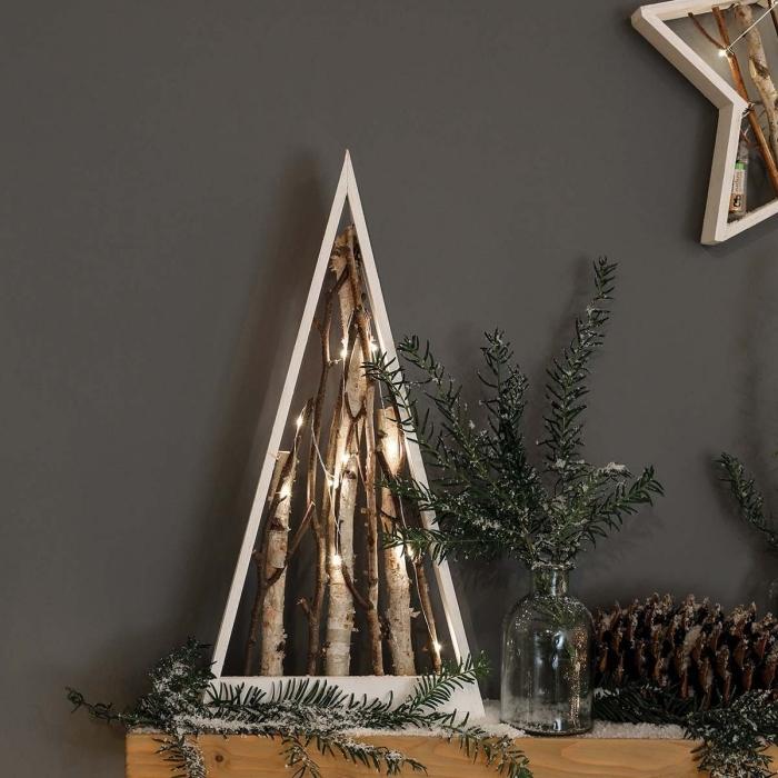 modèle de sapin de noel bois fait maison, faire un sapin décoratif de style minimaliste en planches de bois et branches de bois flotté