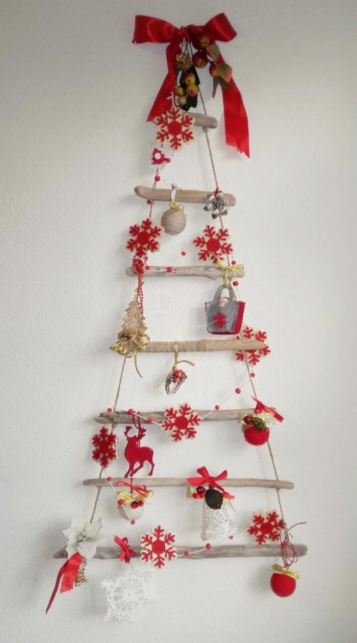 fabriquer une suspension murale pour Noël avec branches bois et corde, diy petit sapin de noel suspendu en bois et rouge