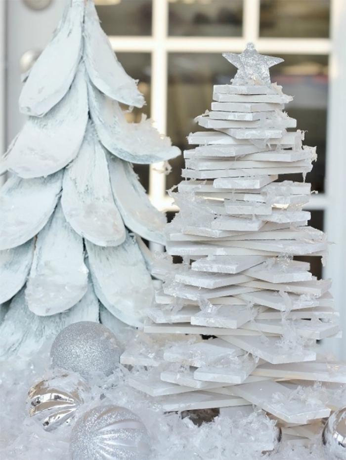 modèles de mini sapin fait main en morceaux de bois peints en blanc à effet enneigé, décoration sapin de noel tendance minimaliste