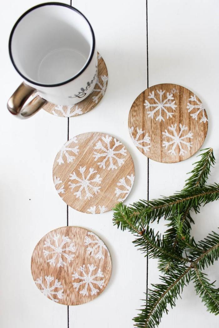 idée decoration de table de noel a faire soi meme, modèles de dessous de verre personnalisés en bois à motifs flocons de neige