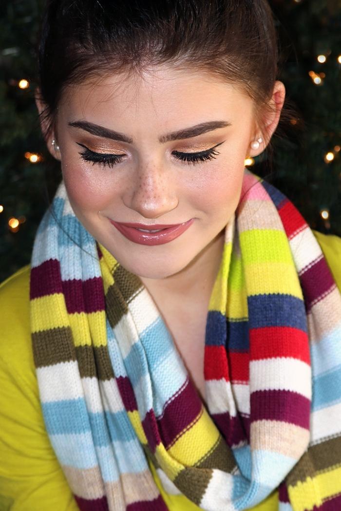 exemple de maquillage des yeux pour noel avec ombres à paupières dorés et eye-liner noir, look femme Noel