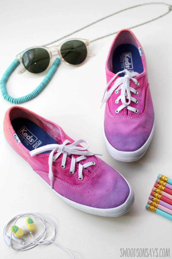 Basket blanche et spray peint rose et violet ombré peinture, personnaliser ses chaussures, idée originale pour customiser ses chaussures
