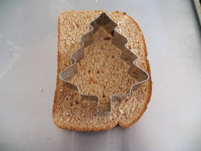 Chouette idée amuse bouche noel, savoureuses amuses bouches originaux, couper avec forme de biscuits sapin de noel toast