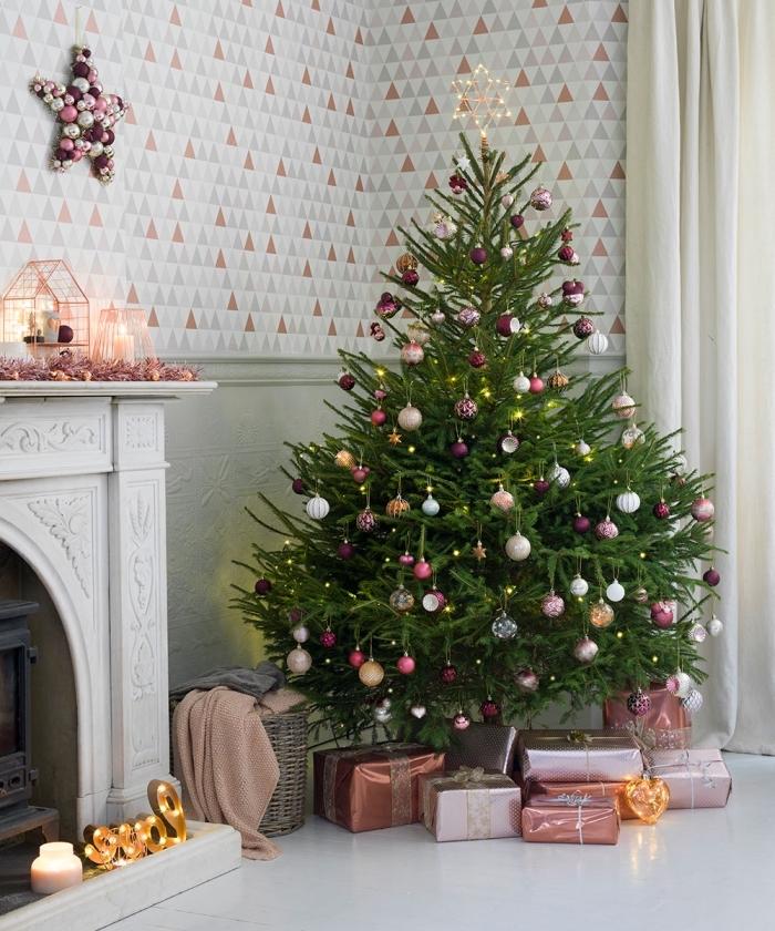 design intérieur moderne en gris avec accents en rose pastel, idée décoration gros sapin de Noël avec boules roses