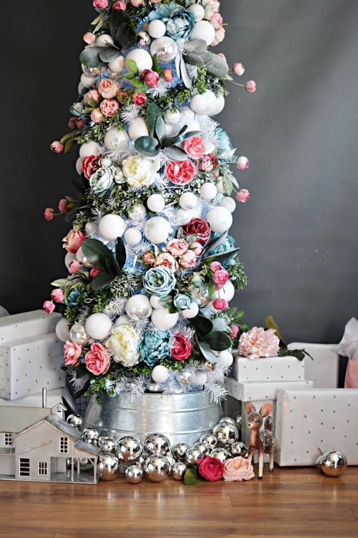 modèle de sapin décoré avec guirlande florale, tendance décoration de Noël originale pour hiver 2019 avec accents floraux