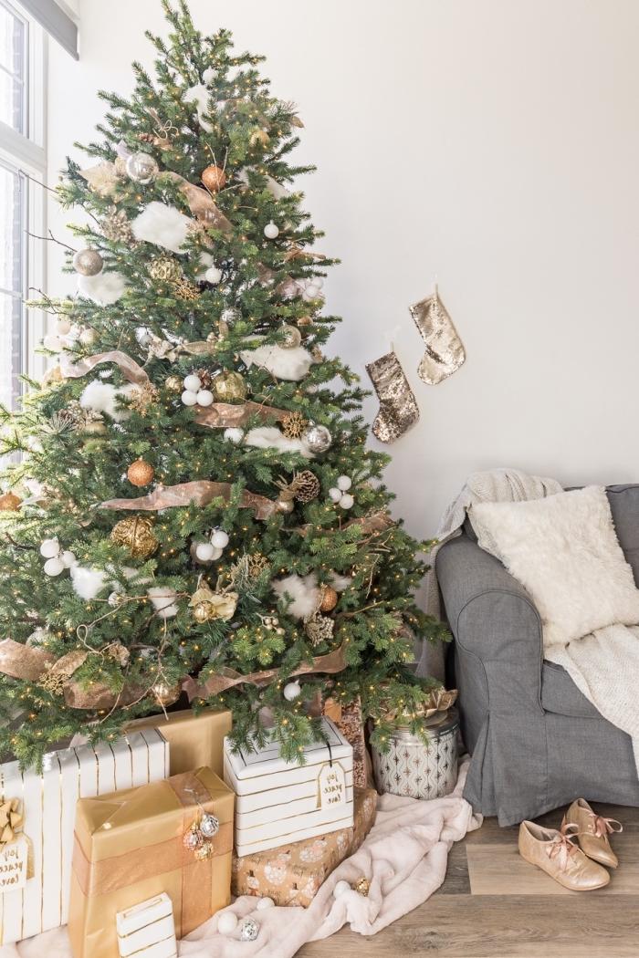 design intérieur minimaliste et cocooning dans un salon blanc avec meubles gris et parquet bois, deco sapin noel en or et blanc