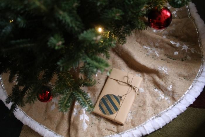 image de sapin de noel pour fond d'écran ordinateur, décoration de noel facile avec tapis rond et ornements rouge et or