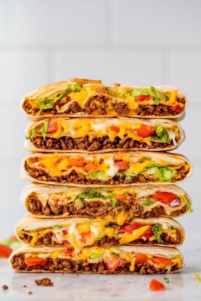 sandwich à la tortilla à la mexicaine, idee repas soir avec viande boeuf haché au fromage, salade verte, tomates